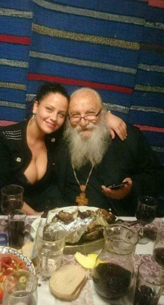 Отец Иван с едрогърда мадама
