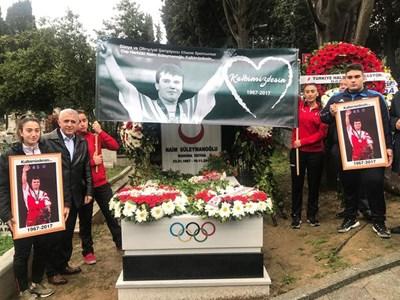 Ето какво направиха на гроба на легендарния Наим Сюлейманоглу на първата годишнина от смъртта му! (СНИМКА)