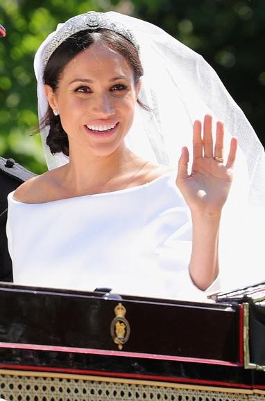 Изплува дълбоко пазена и скандална тайна, свързана с кралица Елизабет II и сватбата на принц Хари и Меган (СНИМКИ)