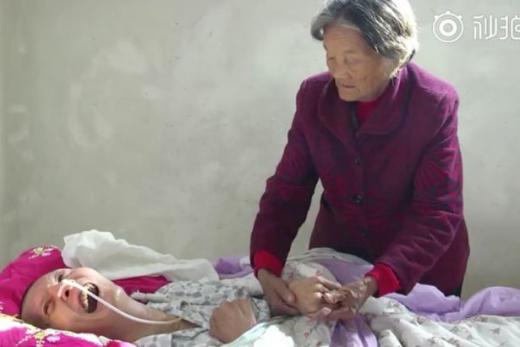 Историята на тази възрастна китайка, която прекара 12 години до леглото на детето си, ще ви просълзи (СНИМКИ)