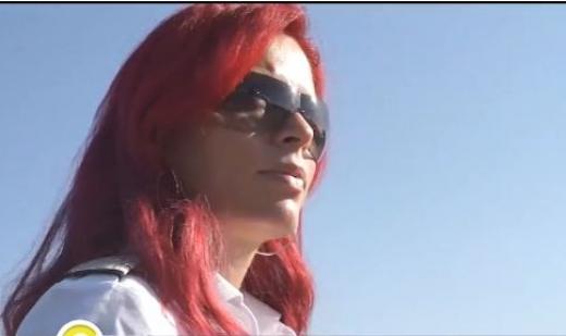 Секси червенокосата Райна със сигурност е най-красивият пилот в България, а история й е необикновена (СНИМКИ/ВИДЕО)