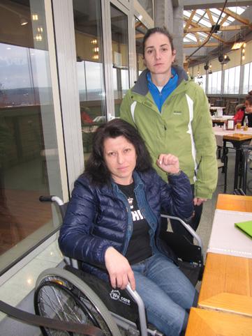 Денем в инвалидна количка, нощем ходи