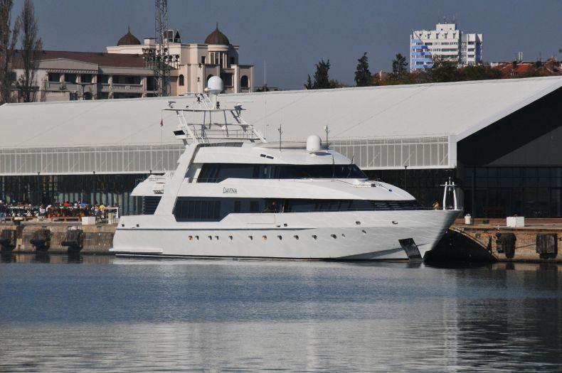 Ето я яхтата на Ружа Игнатова - издирваната от ФБР криптофараонката удари в земята Стоичков и братя Диневи с лодка за 15 млн. евро (СНИМКИ)
