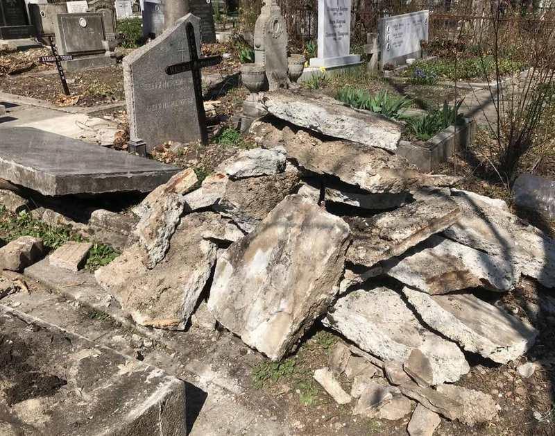 """Роми изнудват жена да плати """"поддръжка"""" за гроба на съпруга й"""